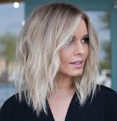 Creative Blonde Balayage Hair Color Ideas to Wear in 2020 Brown Blonde Hair, Blonde Wig, Blonde Lob Balayage, Blonde Ombre Short Hair, Short Hair Beachy Waves, Blonde Highlights Short Hair, Hair Bayalage, Long Bob Blonde, Brown Balayage