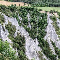 Les cheminées de fées dans les Alpes en France ! #travelblog #travel #cheminéesdefées #alpes #insolites #paysages #voyage