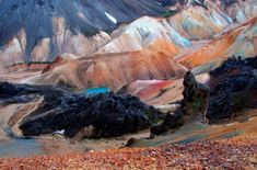 Активный вулкан Бреннистейнсалда («серная волна»). Его склоны созданы из лавы и пепла. Цветовые переходы обусловлены гидротермальной активностью.