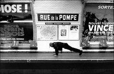 """Un peu vieilles mais toujours aussi bonnes ! Réalisée dans les années 90, cette série de photographies signée Janol Apin nous transporte à travers le métro parisienavec une dose d'humour, et de """"pieds de lettres"""" si l'on peut dire  Ce projet, nommé """"Métropolisson"""