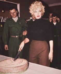 Marilyn Monroe, color by Angelina Karpunina - Marilyn Monroe Photoshoot, Marilyn Monroe Outfits, Marilyn Monroe Fotos, Marilyn Monroe Hair, Marilyn Monroe Birthday, Marilyn Monroe And Audrey Hepburn, Old Hollywood, Hollywood Glamour, Hollywood Stars
