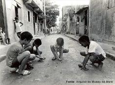 Crianças da Nova Holanda brincando de bola de gude.