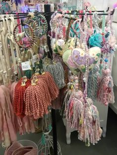 Easy Yarn Crafts, Fall Crafts, Diy And Crafts, How To Make Tassels, How To Make Purses, Fabric Garland, Diy Tassel, Macrame Art, Boho Diy