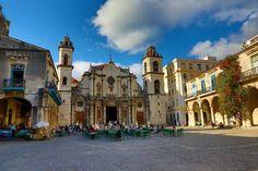 La Habana Vieja es uno de los sitios emblemáticos de la capital cubana. Encierra en sus contornos lugares cargados de historia y belleza.
