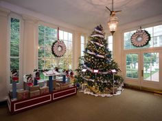 Inside the Visitor Entrance, in the East Landing, is a Christmas tree that pays tribute to U.S. Armed Forces. The tree is hung with gold star ornaments added by families of soldiers who gave their lives in service to the country.