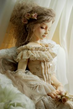 http://tinylittlebox.tumblr.com/post/8509881863  Unknown doll. Please comment if you know the sculpt :)