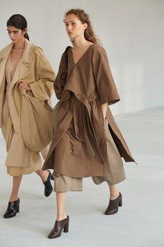 Lemaire Spring 2021 Menswear Collection - Vogue Vogue Paris, Men Fashion Show, Fashion Trends, Men's Fashion, Lemaire, Spring Summer, Vogue Russia, Mannequins, Get Dressed