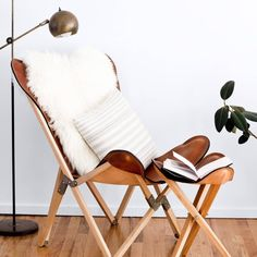 fauteuil butterfly fauteuil tripolina cuir fourrure blanc salon - blog déco - clem around the corner Hygge, Leather Stool, Saddle Leather, Tube Acier, Clem, Loft Room, Camping Chairs, Butterfly Chair, Mid Century House