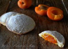 I biscotti alle albicocche, preparati con frutta fresca, una frolla friabile che racchiude un cuore di albicocche molto delicato.