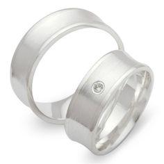 Trauringe Silber: Exklusive Eheringe aus hochwertigem 925 Sterling Silber in 7mm Breite. Der Damenring verfügt über einen echten Diamanten 0,02 ct. im Brillantschliff. Das Angebot bezieht sich auf beide Eheringe und beinhaltet eine kostenlose Innengravur sowie ein Gratis-Etui. Unsere Silber Eheringe sind von Innen abgerundet wodurch sie angenehm zu tragen sind. #eheringe #hochzeit #trauringe #verlobungsringe #gold #schmuck #ringe #billiant #diamant