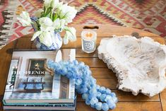 While we're focused on putting thefinishing touches on our new home (for the new year), we wanted to share some tips for arranging a coffee table just parfaît!