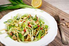 Ich liebe asiatische Zucchininudeln mit Erdnussmus, Frühlingszwiebeln und Chili. Super schnell gemacht, Low Carb und so lecker!