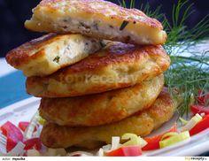 Oloupané brambory nastrouháme jako na bramborák, slijeme přebytečnou vodu, přidáme vejce, mouku, osolíme, opepříme a umícháme. Sýry a bylinky... Bagel, Sausage, French Toast, Food And Drink, Pasta, Bread, Chicken, Cooking, Breakfast