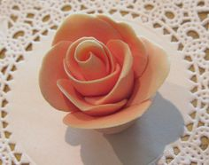Video tutorial on how to make easy fondant flowers with no tools - perfect for baking your own #wedding cake!