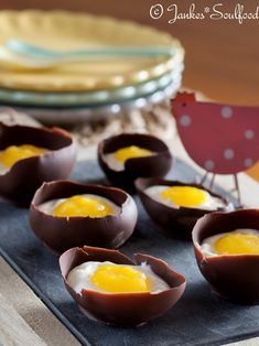 Chocolate egg with quark and mango puree, Dessert for Easter brunch from Jankes Soulfood. Easy Easter Desserts, Fancy Desserts, Thanksgiving Desserts, Easter Recipes, Bon Dessert, Dessert Recipes, Superbowl Desserts, Oreo, Easter Brunch