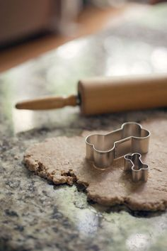homemade dog biscuit recipe: looks pretty easy to make and I can use chicken or beef flavor
