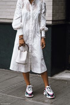 Let's continue with our NYFW Street Style series and now is turn for white looks, so cool for this Autumn Winter Get inspired by the best outfits. White Fashion, Trendy Fashion, Korean Fashion, Womens Fashion, Fashion Trends, Nyfw Street Style, Street Chic, Paris Dresses, Casual Outfits