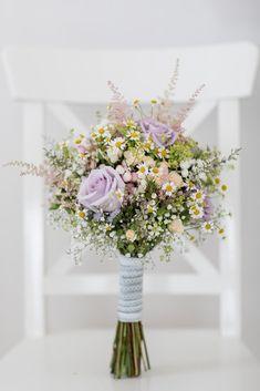 Heiraten im Ausland Brautstrauß mit Wiesenblumen und Rosen in Pastelltönen