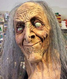 Masker oude heks Hagatha met grijs haar. Een prachtig griezelmasker van de oude heks Hagatha. Het masker is voorzien van grijze haren. Levensechte details.  Het masker loopt door tot onder de nek, zodat wanneer u kleding draagt het net is alsof het masker echt aan het lichaam hoort. Spannend........!    Maat: One-size.