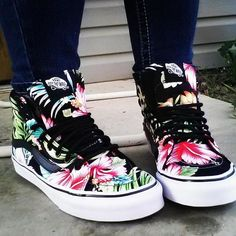 The Hawaiian Floral Hi Slim, a slimmed down version of its original, is a durable lace-up high top with a Hawaiian inspired floral print canvas upper, a supportive and padded ankle and Vans vulcanized signature Waffle Outsole. Crazy Shoes, New Shoes, Me Too Shoes, Sock Shoes, Shoe Boots, Shoes Heels, Vans Shoes Fashion, Tenis Vans, Vans Sk8
