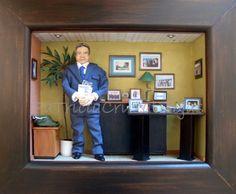 Cuadro Empresario en su oficina, con miniaturas.