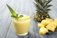 How to Make Pineapple Ginger Smoothies to Help With Pain and Inflammation Juice Smoothie, Smoothie Recipes, Coconut Smoothie, Pina Colada Punch Recipe, Smoothies Sains, Banana Cocktails, Ninja Blender Recipes, Pineapple Benefits, Dietas Detox