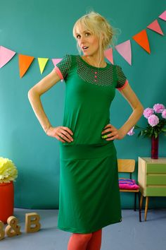 Schönes Kleid aus weicher dunbkelgrüner Viskose.Das Oberteil hat eine eingenähte Passe mit drei kleinen Knöpfen. Passe und Ärmel sind grün mit rosa...