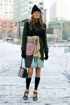 Prada. Abrigo y bolso inspirado en el cómic, con gorro de lana, calentadores y sandalias abiertas. NYFW A/W 2014