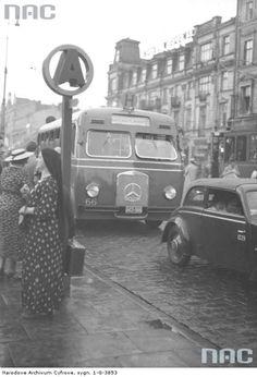 """Warszawa - Autobus linii """"H"""" marki Mercedes na ul. Marszałkowskiej, w tle Hotel Wiedeński (1938)"""