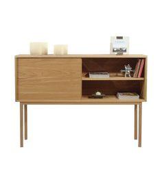 Aparador de color natural con 1 puerta con sistema push y 1 estante con patas altas. Dimensiones de 100x141x36 cm