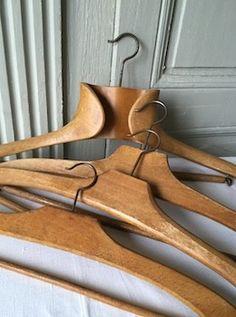 Ensemble de quatre cintres en bois anciens. Un cintre à col avec barre suspendue par crochets Trois cintres légèrement différents mais tous aussi charmants aux formes arrondies avec barre fixe Cintre n° 1 : L. 46 cm l. 6cm H. 23 cm Cintre n° 2 : L. 40 cm H. 17 cm Cintre n° 3 : L.40 cm H.18 cm Cintre n°4 : L. 40 cm H. 15 cm