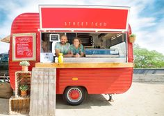 Food trucks have exploded in popularity, but opening one takes more than you might think. Discover the 5 essentials you need for opening a food truck. Pizza Food Truck, Coffee Food Truck, Food Truck Menu, Food Truck Design, Food Design, Bude, Starting A Food Truck, Catering, Food Truck Business
