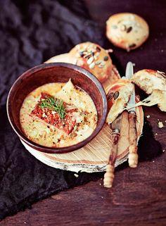 Lämminsavulohesta valmistuu amerikkalaishenkinen chowder, jonka kermaisen muhevan ja silti raikkaan liemen salaisuuksia ovat fenkoli, lehtiselleri ja reilu määrä purjoa.