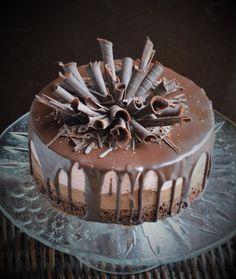 Csurgatott torta, csoki-eper mousse beltartalommal. Címszavakban: brownie, csokimousse, epermousse, étcsoki ganache, csokiszivarkák. Szerintem ezzel mindent elmondtam. :) Candy Recipes, Gourmet Recipes, Cakes And More, Mousse, Tiramisu, Cake Decorating, Birthday Cake, Sweets, Cookies