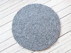 Natürlicher und klassischer als Steel Grey kann es nicht werden. Dieser Kugelteppich eignet sich für alle Orte in Ihrem Zuhause, die Sie sich nur vorstellen können. Die klassische graue Farbe passt zu allen, also wenn Ihnen ein Kugelteppich in Ihrem Zuhause fehlt, ist Steel Grey eine gute Wahl.