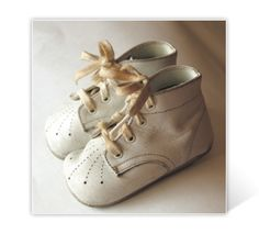 Baby shoes My middle Son wore a pair of these. I am now looking for the ones my daughter wore. French Baby, Baby Towel, Old Shoes, Crochet Baby Shoes, Baby Feet, Childrens Shoes, Vintage Girls, Toddler Shoes, Baby Booties
