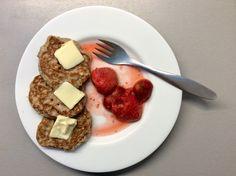 Lískooříškové lívance s máslem a jahodami