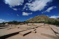 HOTEL CASA DE AVES, te informa: El Cóporo es un sito arqueológico del Epiclásico (600 a 900 d.C.) localizado al noroeste de Guanajuato sobre la antigua frontera septentrional de Mesoamérica. Este asentamiento se compone de distintos espacios arquitectónicos que sugieren, junto con los objetos de cerámica y las herramientas en piedra, una afinidad con la región del Tunal Grande (San Luis Potosí), es historia pura tocando tus pies.