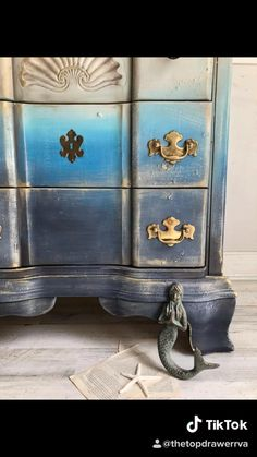 Dixie Belle furniture paint & Sea Spray #diy# #painting #upcycling #ombre #texture #dixiebellepaint Blue Painted Furniture, Chalk Paint Furniture, Art Furniture, Furniture Projects, Furniture Design, Bedroom Furniture, Diy Furniture Videos, Furniture Painting Techniques, Upcycled Home Decor