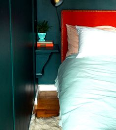 DIY bedroom Idea: An Affordable Nightstand Perfect for Small Spaces Small Space Interior Design, Small House Design, Furniture For Small Spaces, Decorating Small Spaces, Space Furniture, Diy Furniture, Decorating Tips, Arranging Furniture, Apartment Furniture