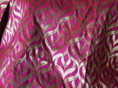 Ceci est une belle pur tissu lourde benarse de brocart de soie de conception de motifs en magenta et or. Le tissu illustrent motifs tissés d'or sur fond Megenta.  Vous pouvez utiliser ce tissu...