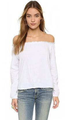 ¡Cómpralo ya!. Chaser Off Shoulder Cotton Peasant Blouse - White. Covered elastic cinches the ruffled neckline on this off shoulder Chaser top. Raw, rolled hem. Long sleeves. Fabric: Lightweight jersey. 100% cotton. Wash cold. Imported, China. Measurements Length: 17in / 43cm, from center back Measurements from size S. Available sizes: L,S , tophombrosdescubiertos, sinhombros, topestilopañuelo, offshoulders, tube, offtheshoulder, coldshoulder, bardot, cutout, bandeau. Top hombros…