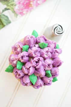 Have you ever wondered what Russian decorating tips are, and how to use them? These special tips are SO easy to use and make the prettiest frosting flowers! Russian Decorating Tips, Creative Cake Decorating, Decorating Cakes, Cake Decorations, Buttercream Recipe For Piping, Buttercream Cupcakes, Frosting Techniques, Frosting Tips, Cake Tutorial
