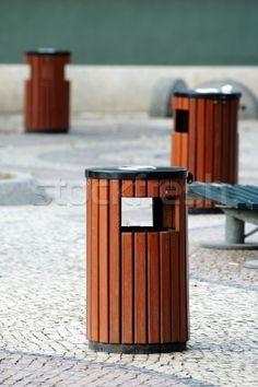 Google Afbeeldingen resultaat voor http://nl.stockfresh.com/thumbs/tito/1417769_drie-openbare-straat-stedelijke-schone-prullenbak.jpg    Laureen van Munster   Prullenbak voor op het plein