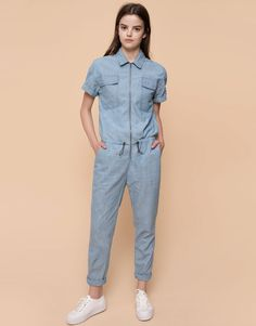 Get the most casual look with Autumn Winter 2017 jumpsuits for women at PULL&BEAR. Oversized, striped, embroidered or wide leg jumpsuits and dungarees. Pull & Bear, Denim Overall, Jeans Bleu, Denim Jumpsuit, Cute Rompers, Jumpsuits For Women, Casual Looks, Work Wear, Tulum