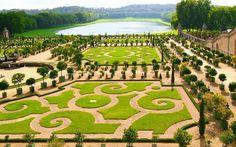 Não são apenas o aroma e as flores que atraem turistas.  Espalhados pelo mundo todo, eles reservam muitas histórias e curiosidades Jardins de Versalhes -Paris, França e mais cinco para agendar visita..
