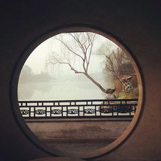 A view to Slender West Lake through a moon gate. Chinese Design, Chinese Style, Chinese Art, Yangzhou, China Architecture, Japanese Architecture, China Garden, Amitabha Buddha, Chinese Interior