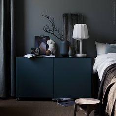 Ton-i-ton i sovrummet! Sammetsmjuka #SANELA gardiner och #BESTÅ förvaring med gråturkosa dörrar står fint mot en dimgrå vägg. En stor #OSTED sisalmatta på golvet gör det dessutom lite lättare att kliva upp, även om morgnarna är mörkgrå.