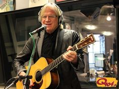 Justin Hayward from The Moody Blues stops by to perform in-studio.