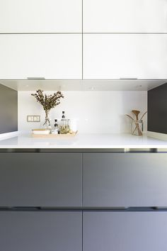cocina santos de santiago interiores en a coruña (10) Double Vanity, Cabinet, Bathroom, Storage, Furniture, Home Decor, Gray And White Kitchen, Grey And White, Beautiful Kitchens